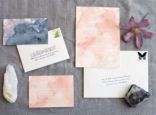 Invitaciones de boda con acuarelas. Foto: Karen Wise Photography