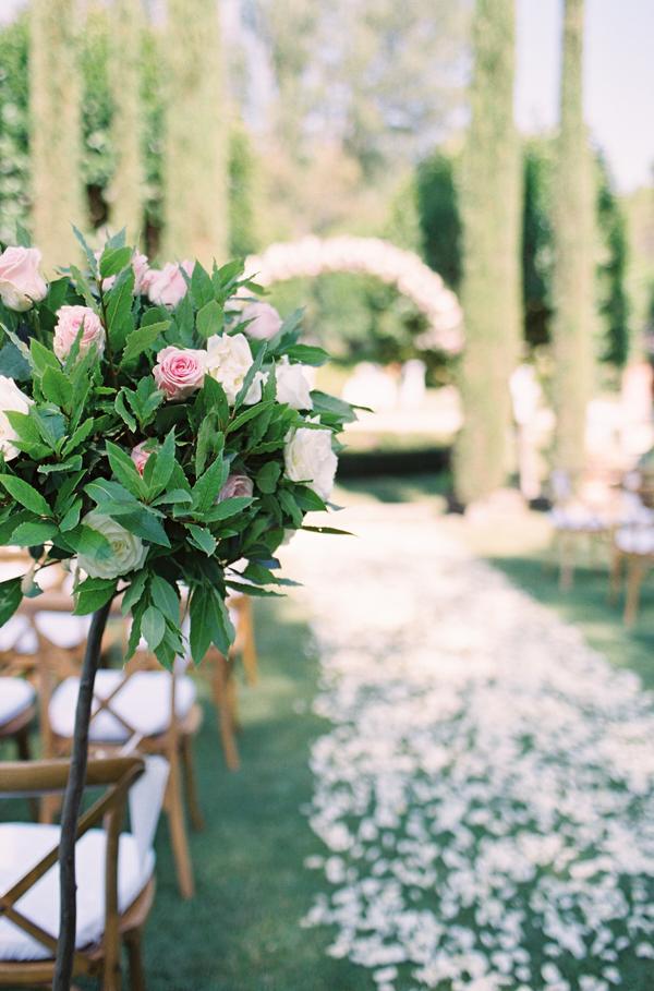 Pasillo con flores. Foto: Katie Shuler Photography