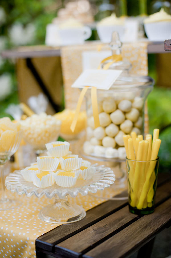 Candy table en tonos amarillos y blancos. Foto: Krista Fox