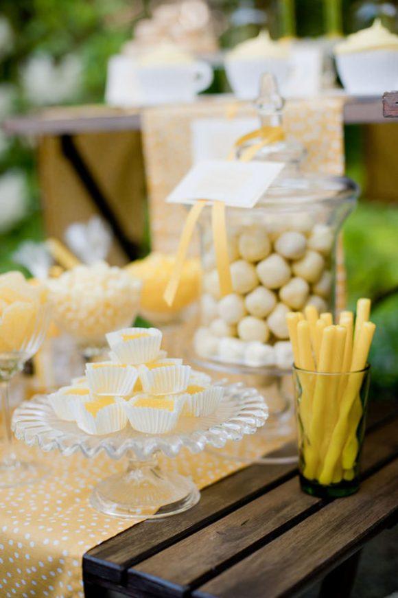 Candy table en tonos amarillos y blancos. Foto: Krista Fox