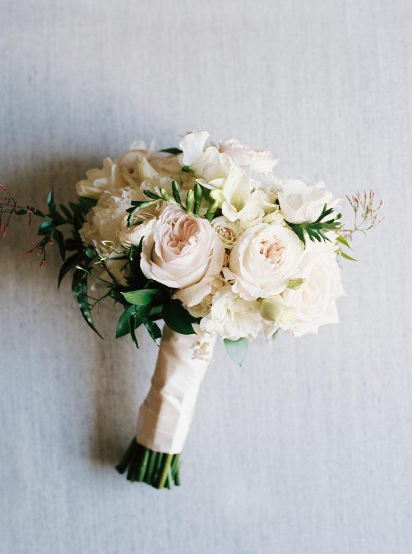 Ramo de flores con peonías. Foto: Kyle John Photography