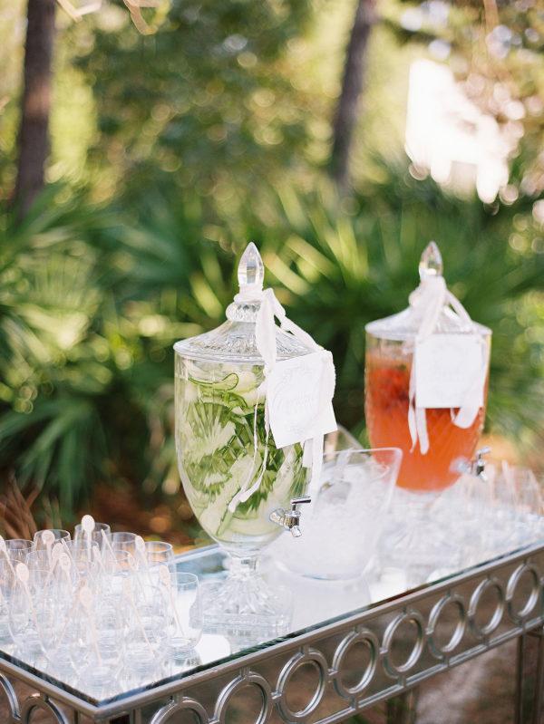 Puesto de bebidas a la salida de la ceremonia. Foto: Lauren Kinsey Fine Art Weddings