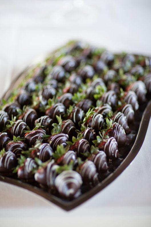 Fresas cubiertas de chocolate. Foto: Michael + Anna Costa Photography