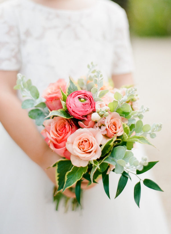 Ramo de novia con peonias y rosas. Foto: Rebecca Yale Photography