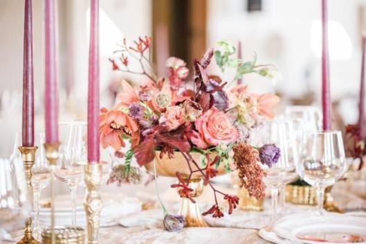 Jarrón dorado con flores. Foto: Sweet Darling Weddings