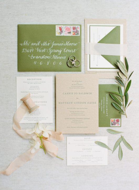 Invitación de boda en tonos verdes. Foto: Sylvie Gil Photography