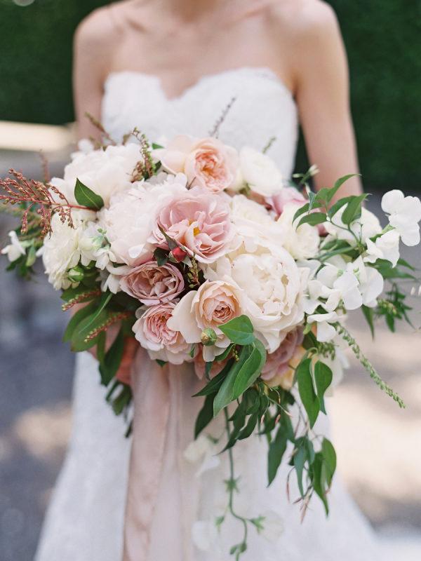 Ramo de novia con rosas. Foto: Vicki Grafton Photography